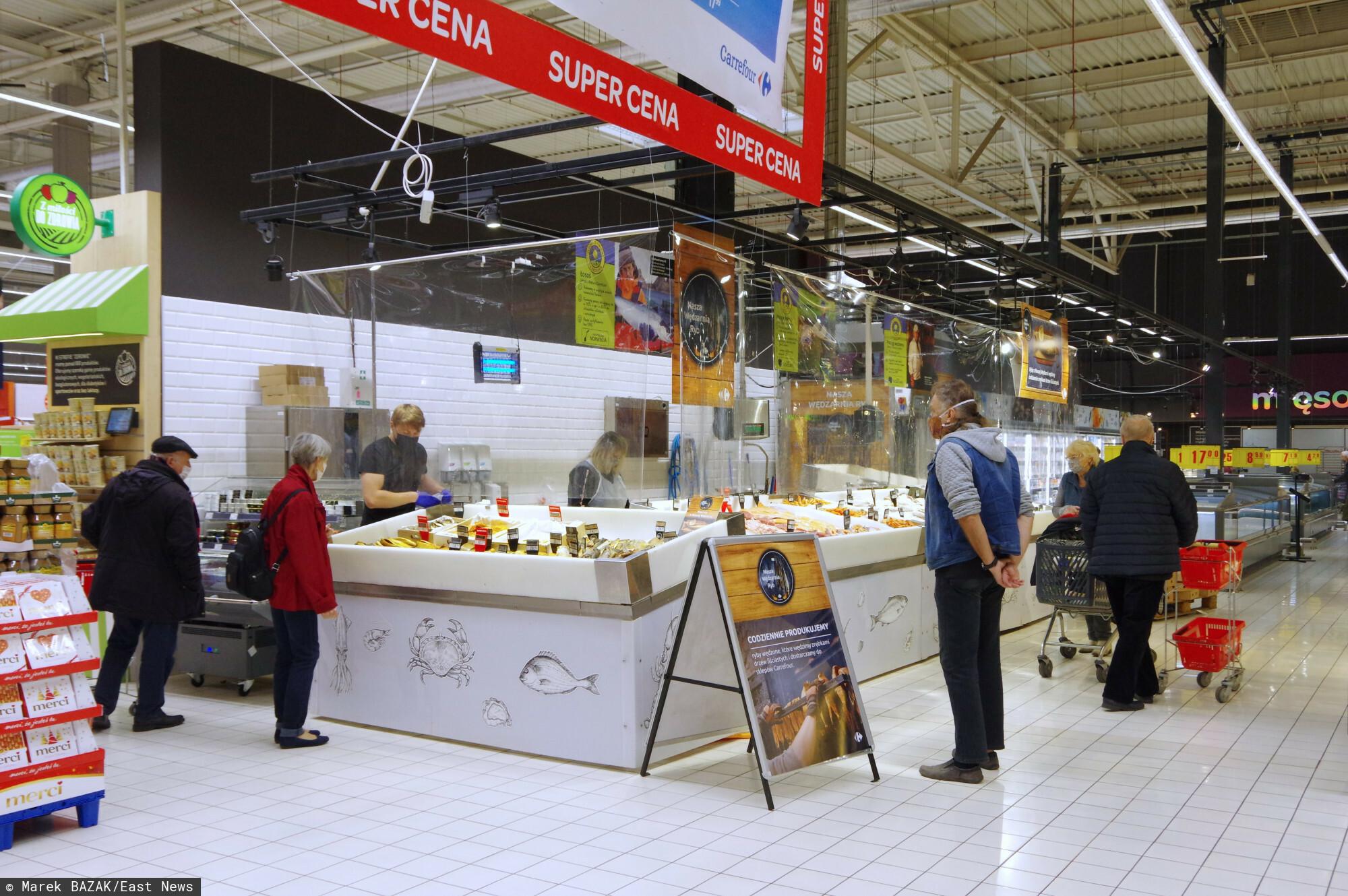 PHOTO: ZOFIA I MAREK BAZAK / EAST NEWS Warszawa N/Z Zakupy w hipermarkecie Carrefour - stoisko z rybami