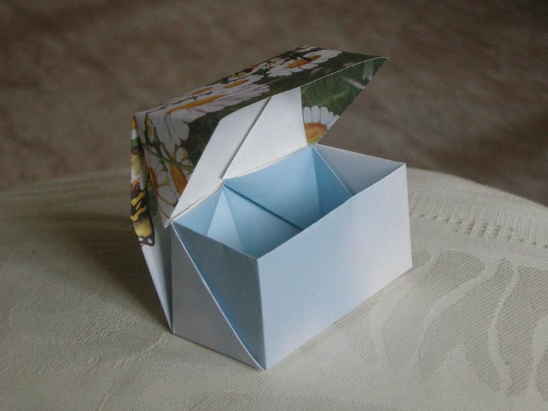 Biskup postawił w kurii pudełko z pieniędzmi dla wiernych