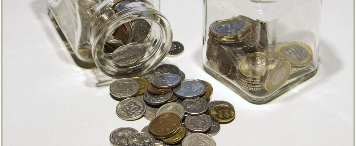 PHOTO: ZOFIA I MAREK BAZAK / EAST NEWS N/Z Drobne monety w szklanych pojemniczkach
