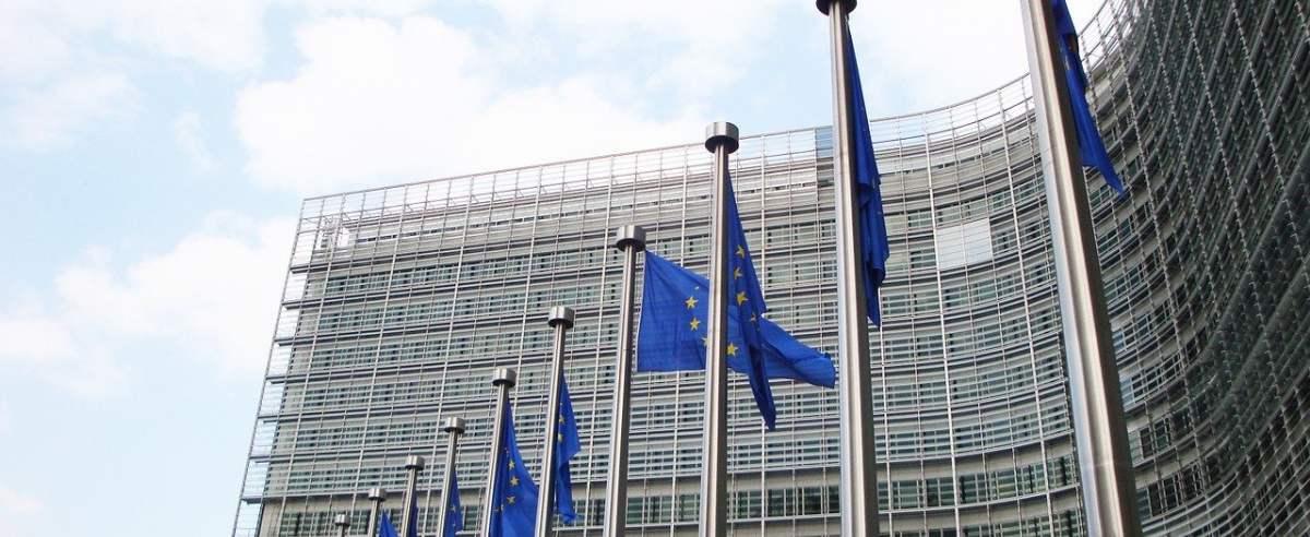Siedziba Komisji Europejskiej w Brukseli, UE wprowadza nowe podatki w celu zasilenia funduszu odbudowy.