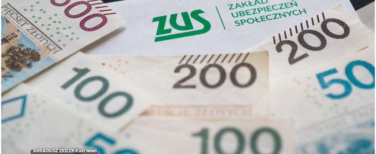 fot: Arkadiusz Ziolek/ East News. 01.04.2020. n/z Napis ZUS i pieniadze.