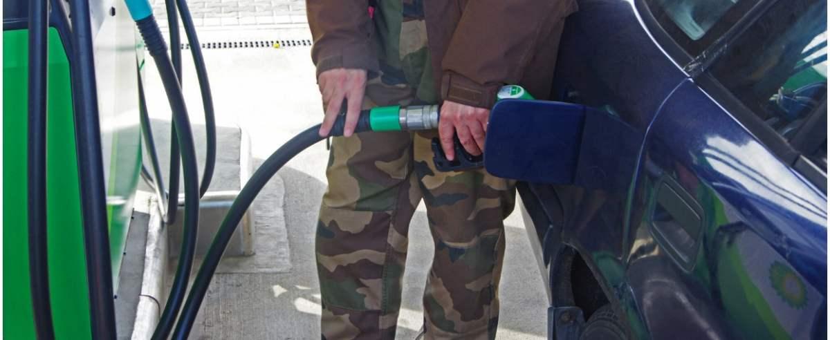 PHOTO: ZOFIA I MAREK BAZAK / EAST NEWS Warszawa, tankowanie paliwa na stacji benzynowej
