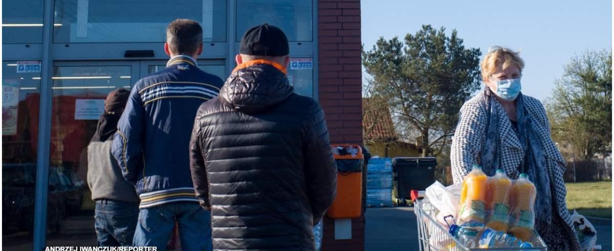 11.04.2020 Jadow kolejka do marketu Dino Fot. Andrzej Iwanczuk/REPORTER