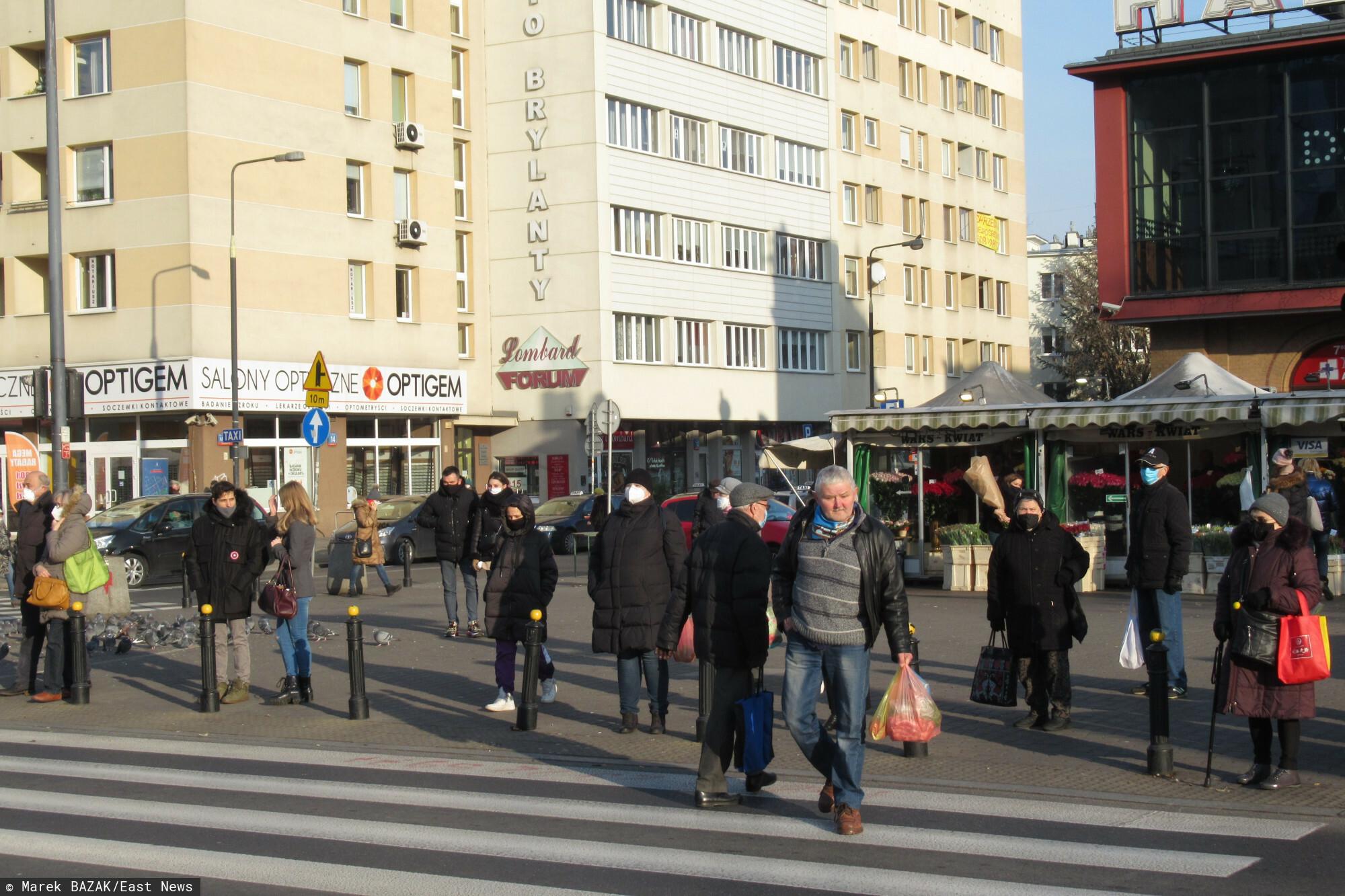 PHOTO: ZOFIA I MAREK BAZAK / EAST NEWS Warszawa ulica Jana Pawla II N/Z Ludzie w maseczkach na przejsciu dla pieszych przed Hala Mirowska