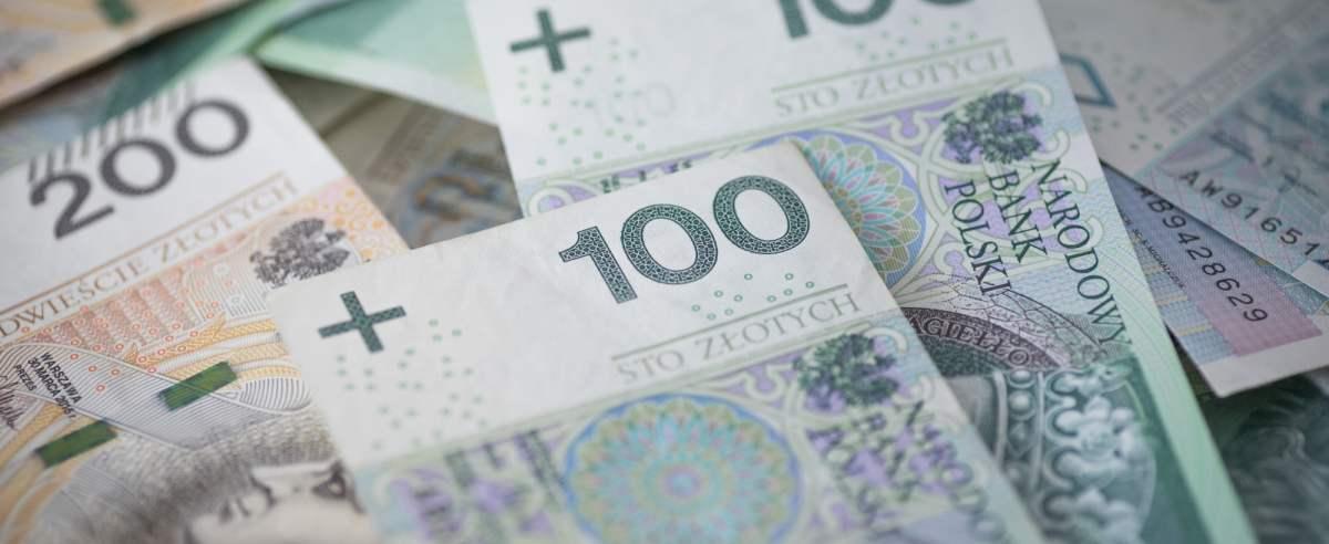 fot: Arkadiusz Ziolek/ East News. 10.04.2020. n/z Polskie banknoty na stole.