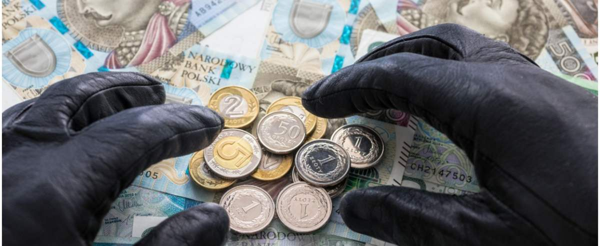 fot: Arkadiusz Ziolek/ East News. 16.03.2019. n/z Napis VAT z pieniedzmi w tle i dlonmi w czarnych rekawiczkach - koncepcyjne zdjecie wyludzenia VAT.