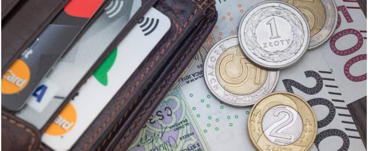 fot: Arkadiusz Ziolek/ East News. 26.08.2018. n/z Portfel z kartami platniczymi i pieniedzmi.