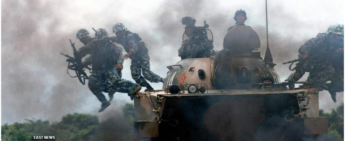PHOTO: EAST NEWS CHINSCY ZOLNIERZE MARINES SKACZA Z CZOLGU PODCZAS CWICZEN WOJSKOWYCH W POLUDNIOWYCH CHINACH (FILES) This file photograph released 20 July 1999 shows Chinese Marines jumping off a tank during military exercises at an undisclosed location in southern China. The Chinese People's Liberation Army has undertaken military exercises, including amphibious beach landing maneuvers, in southern China's Guangdong province, according to state media 02 July 2000. AFP PHOTO