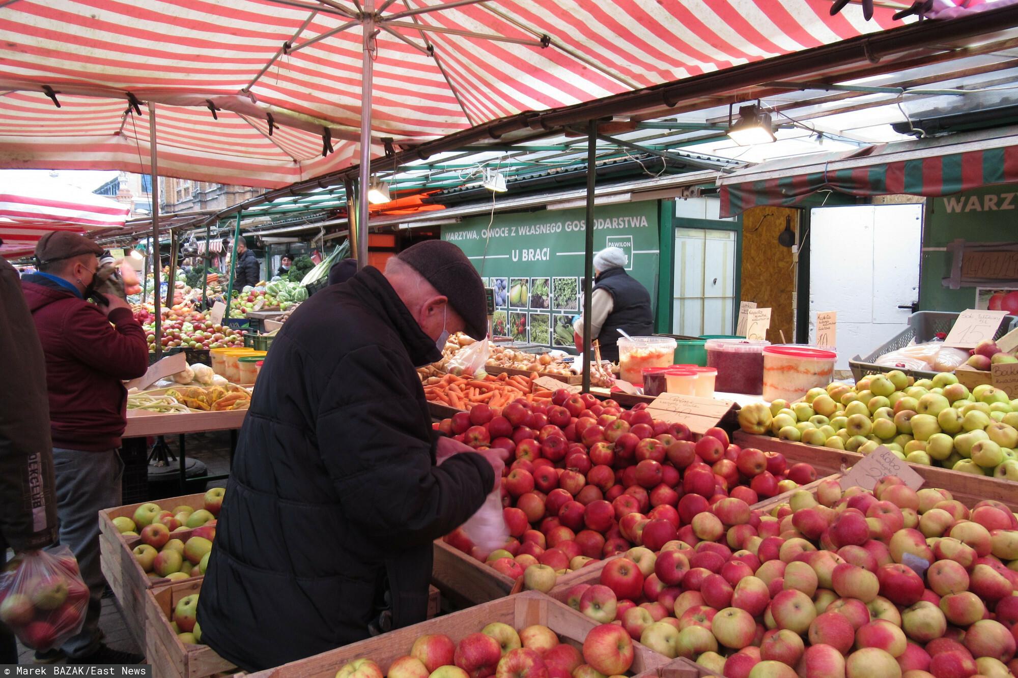 PHOTO: ZOFIA I MAREK BAZAK / EAST NEWS Warszawa N/Z Przedswiateczne zakupy na stolecznym bazarze, warzywa i owoce prosto od rolnika, z wlasnego gospodarstwa