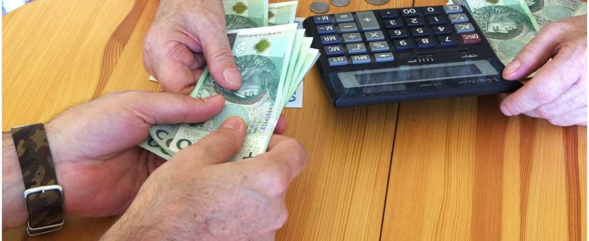 PHOTO: ZOFIA I MAREK BAZAK / EAST NEWS N/Z Liczenie domowego budzetu - problemy finansowe, wyludzenie pieniedzy od starszej osoby, przekazanie gotowki obcemu czlowiekowi