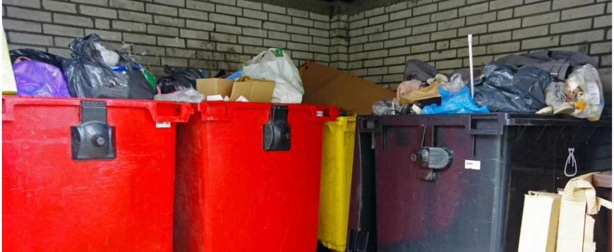 PHOTO: ZOFIA I MAREK BAZAK / EAST NEWS Warszawa N/Z Osiedlowy smietnik, segregacja odpadow, pojemniki do segregacji smieci, podwyzka oplat, nowe stawki za odpady od grudnia 2020.