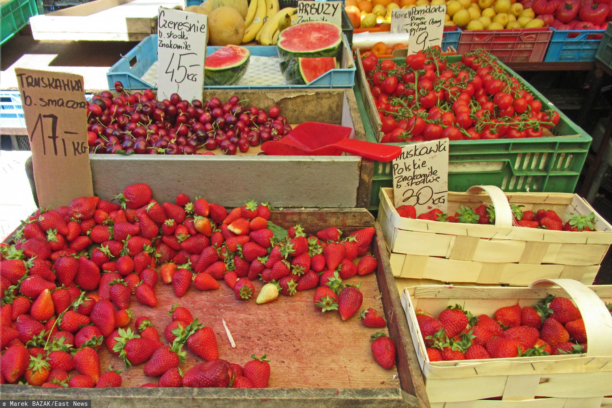 PHOTO: ZOFIA I MAREK BAZAK / EAST NEWS Warszawa N/Z Wiosenne zakupy na stolecznym bazarze, warzywa i owoce prosto od rolnika, z wlasnego gospodarstwa, nowalijki - truskawki, czeresnie