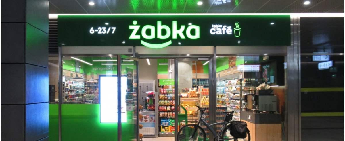 """PHOTO: ZOFIA I MAREK BAZAK / EAST NEWS Warszawa N/Z Sklep sieci """"Zabka"""" otwarty na stacji Szwedzka metra warszawskiego linii M2"""