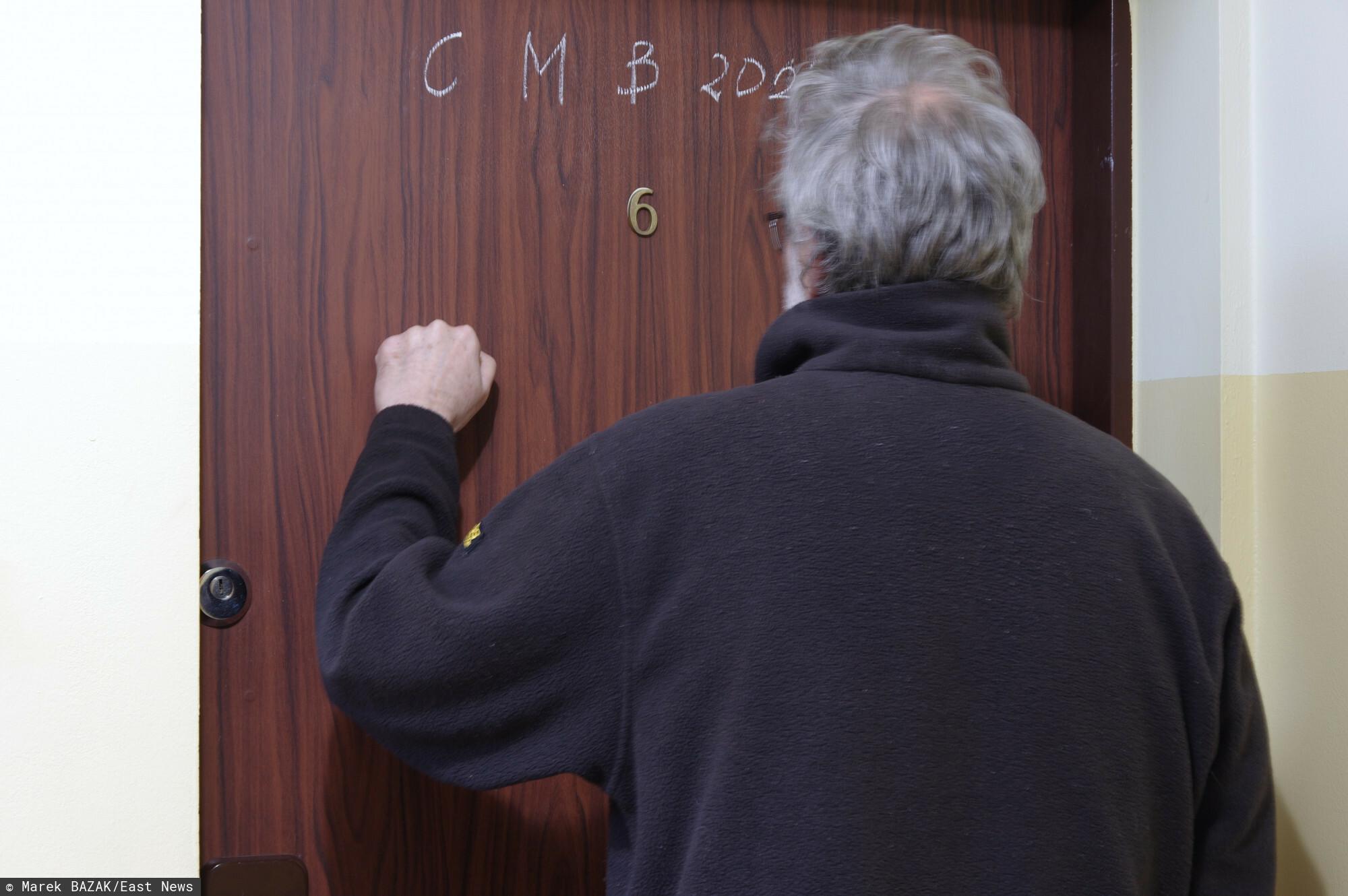 PHOTO: ZOFIA I MAREK BAZAK / EAST NEWS Nieznajomy mezczyzna puka do drzwi mieszkania starszej osoby