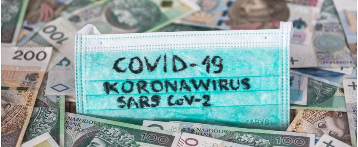 fot: Arkadiusz Ziolek/ East News. 12.05.2020. n/z Napis koronawirus Covid-19 na tle pieniedzy.
