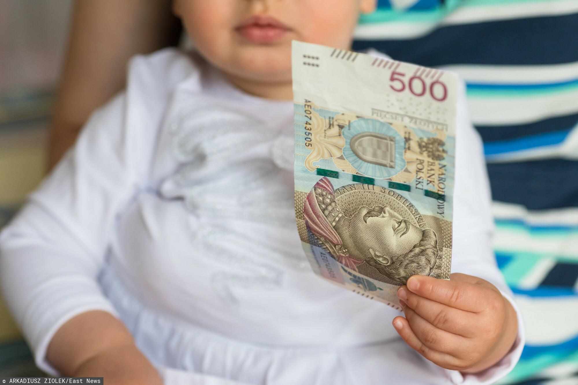 fot: Arkadiusz Ziolek/ East News. 16.07.2019. n/z Niemowlak trzyma banknot 500 zl.