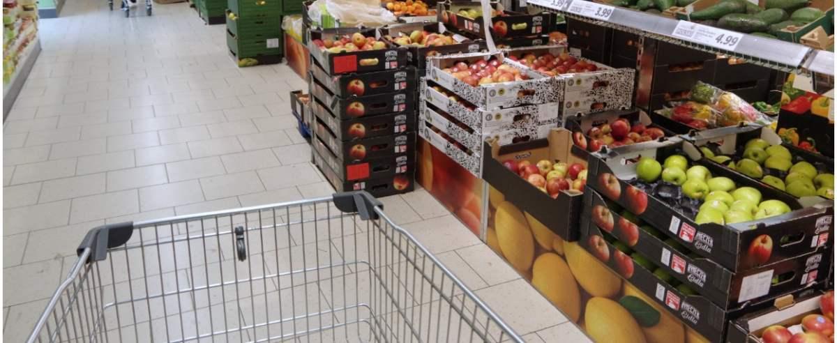 PHOTO: ZOFIA I MAREK BAZAK / EAST NEWS Niemiecki sklep dyskontowy Lidl - stoisko z owocami