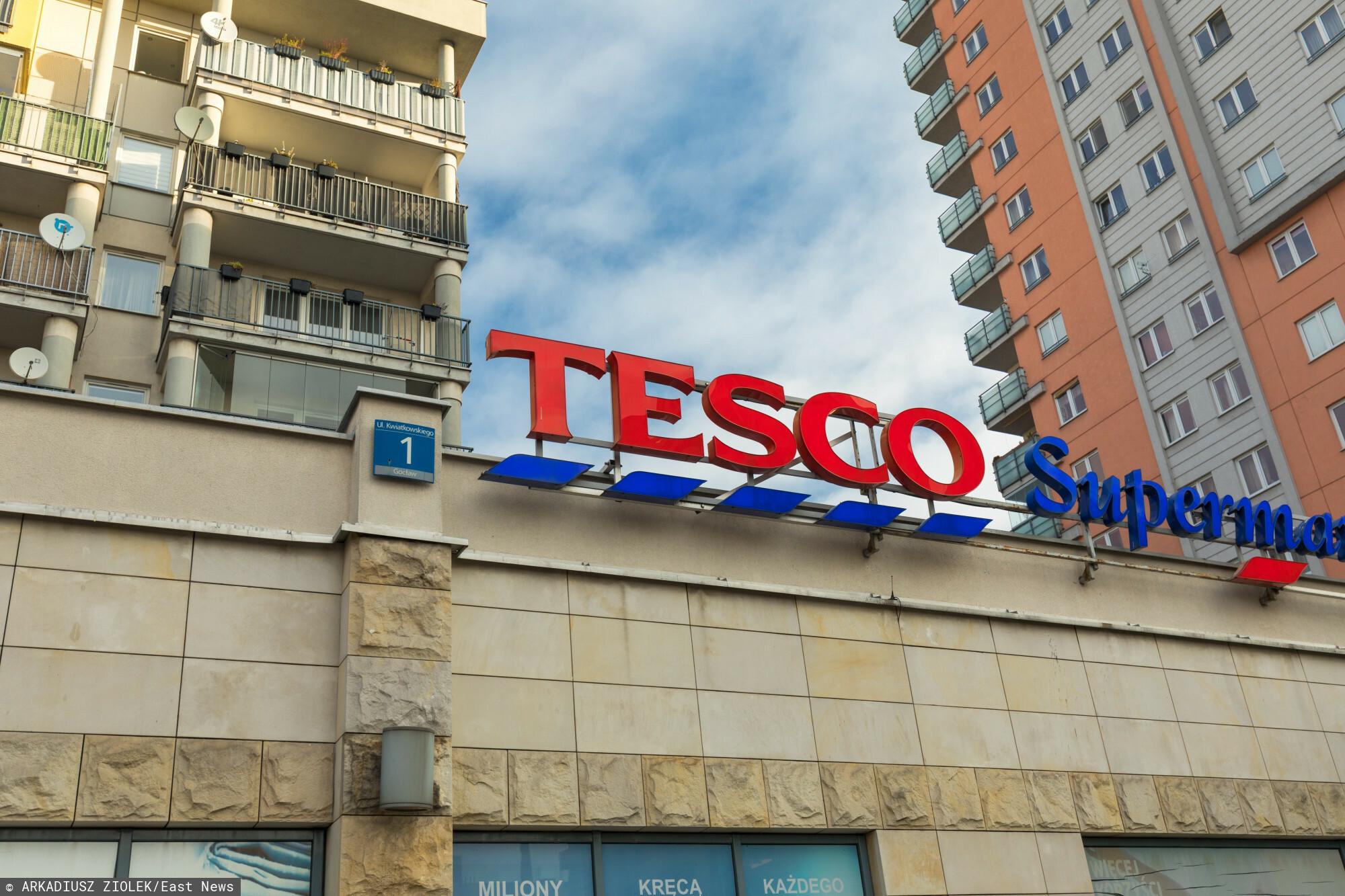 fot: Arkadiusz Ziolek/ East News. n/z Logo sieci handlowej Tesco.