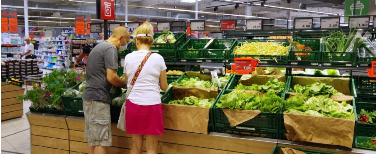 PHOTO: ZOFIA I MAREK BAZAK / EAST NEWS Warszawa Praga Polnoc ulica Stalowa, hipermarket Kaufland N/Z stoisko z warzywami krajowymi