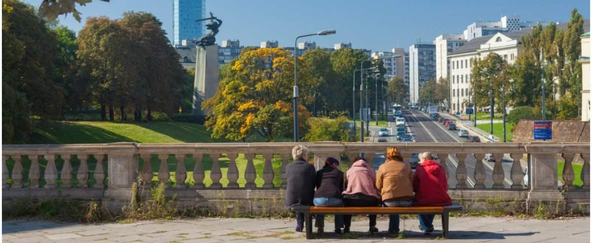 fot: Arkadiusz Ziolek/ East News. Warszawa Trasa WZ 24.09.2016. n/z Kobiety debatujace na lawce.