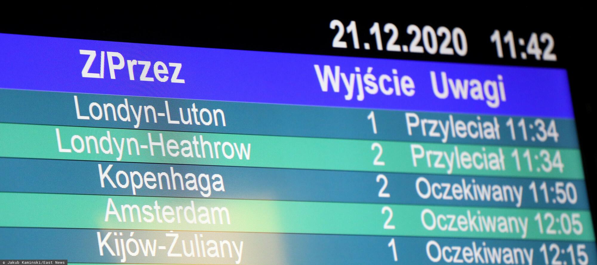 Fot. Jakub Kaminski/East News, Warszawa, 21.12.2020. Przylot samolotu z Londynu na warszawskie lotnisko Chopina. Z powodu pojawienia sie nowej odmiany koronawirusa od polnocy z 21 na 22 grudnia loty z Wielkiej Brytanii do Polski zostana zawieszone. N/z tablica przylotow