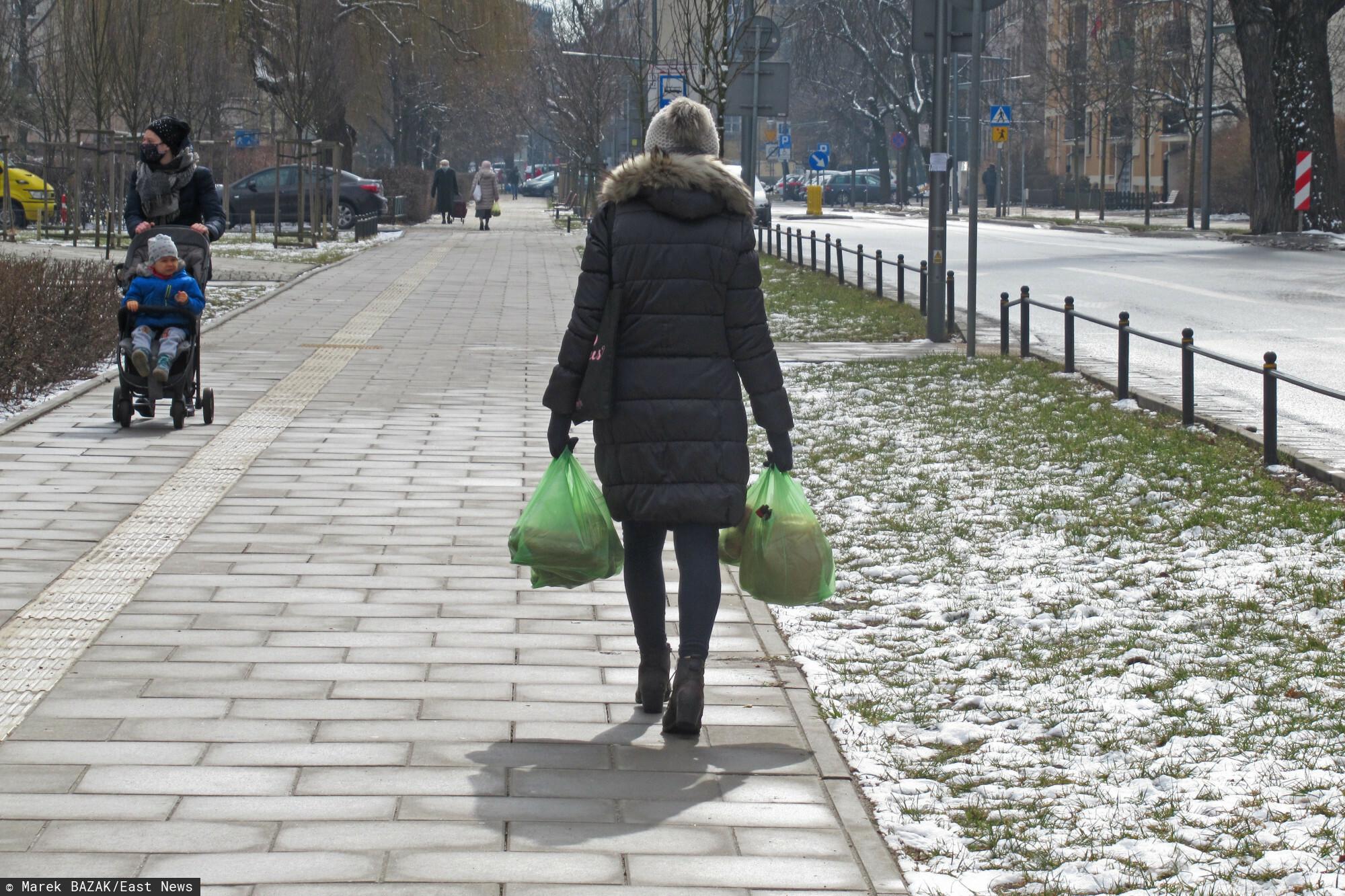 PHOTO: ZOFIA I MAREK BAZAK / EAST NEWS Warszawa N/Z Kobieta z reklamowkami w reku wracajaca do domu po zakupach na bazarku