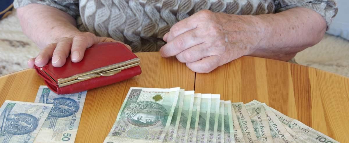 PHOTO: ZOFIA I MAREK BAZAK / EAST NEWS N/Z Liczenie domowego budzetu - problemy finansowe