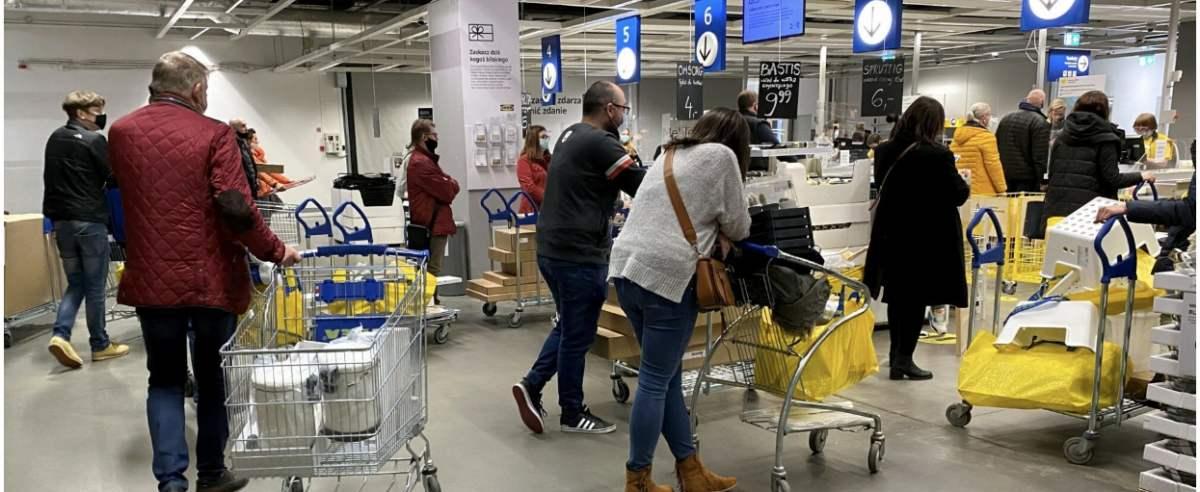 Fot. Piotr Molecki/East News, Warszawa, 26.03.2021. Wzmozony ruch zakupowy w wielkopowierzchniowych sklepach meblowy i budowlanych. Zgodnie z najnowszymi obostrzeniami pandemicznymi, tego typu sklepy beda zamkniete od 27 marca do 9 kwietnia.