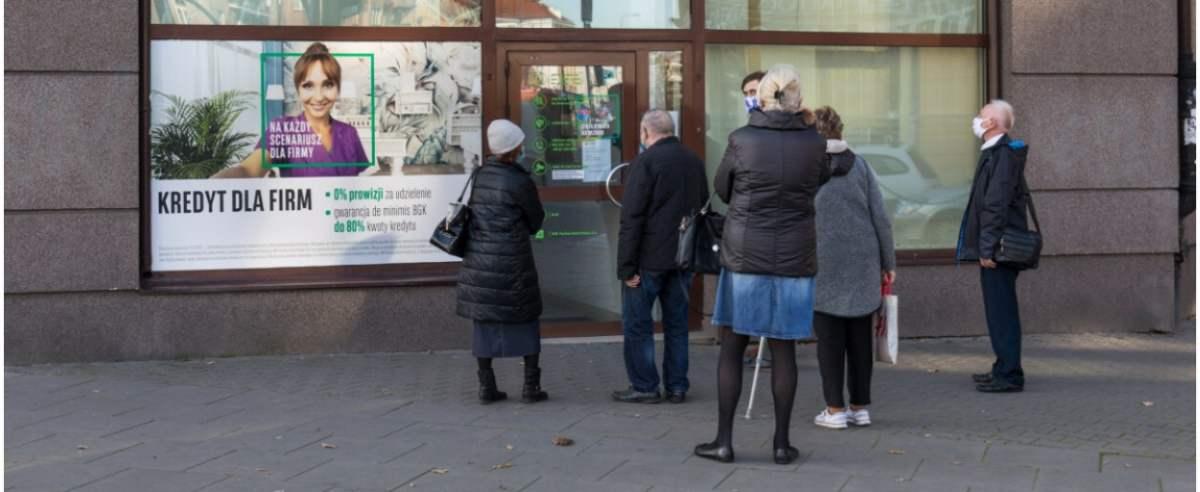 fot: Arkadiusz Ziolek/ East News. n/z Kolejka przed bankiem BNP Paribas.