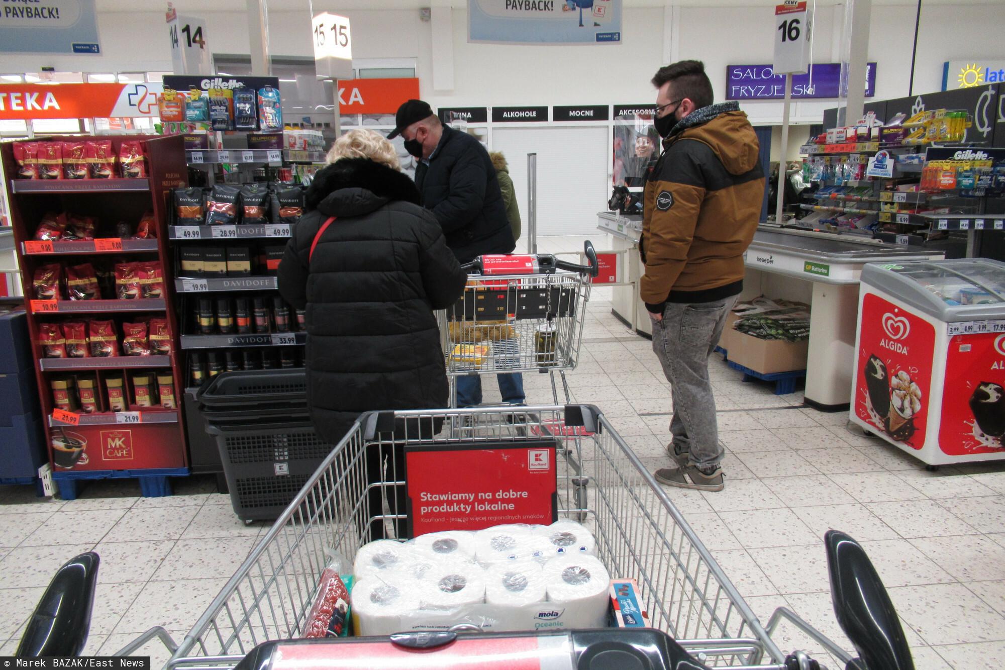 PHOTO: ZOFIA I MAREK BAZAK / EAST NEWS Warszawa N/Z Zakupy w hipermarkecie Kaufland - kolejka do kasy
