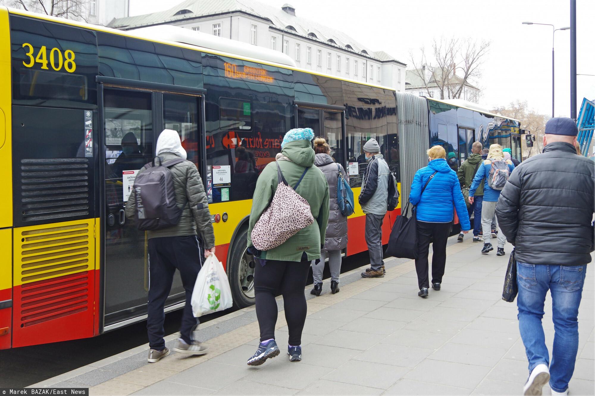 PHOTO: ZOFIA I MAREK BAZAK / EAST NEWS Warszawa N/Z Pasazerowie wsiadaja do autobusu miejskiego