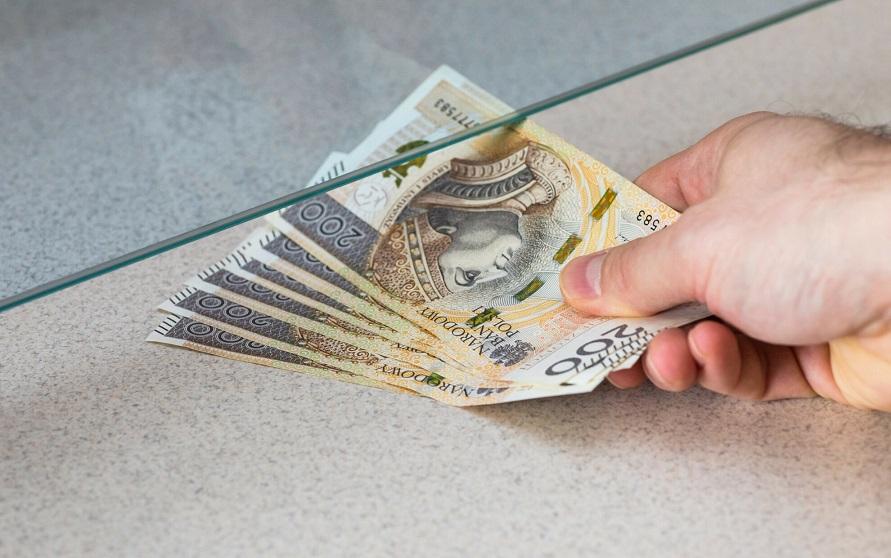 Polacy wycofują oszczędności z banków
