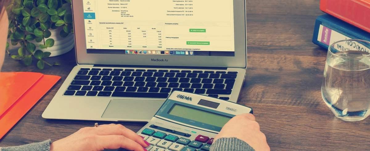Kiedy trzeba złożyć deklarację VAT-R i co to właściwie jest?