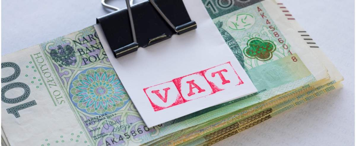 fot: Arkadiusz Ziolek/ East News. 31.01.2020. n/z Napis VAT z pieniedzmi w tle.