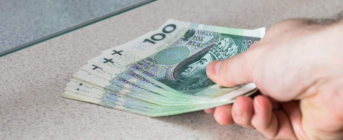 fot: Arkadiusz Ziolek/ East News. n/z Wplacanie pieniedzy w okienku.