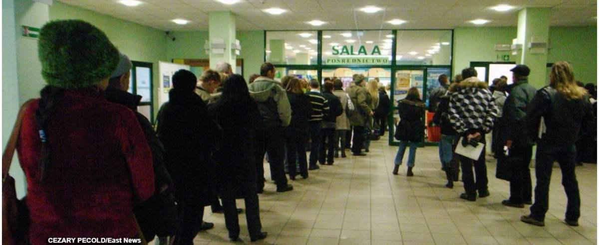 PHOTO: CEZARY PECOLD/SE/EAST NEWS LODZ POWIATOWY URZAD PRAWY NR 2 W LODZI. N/Z KOLEJKA W URZEDZIE PRACY WSZYSTKIE ZDJECIA NA: http://agencja.se.com.pl 19/01/2009 .