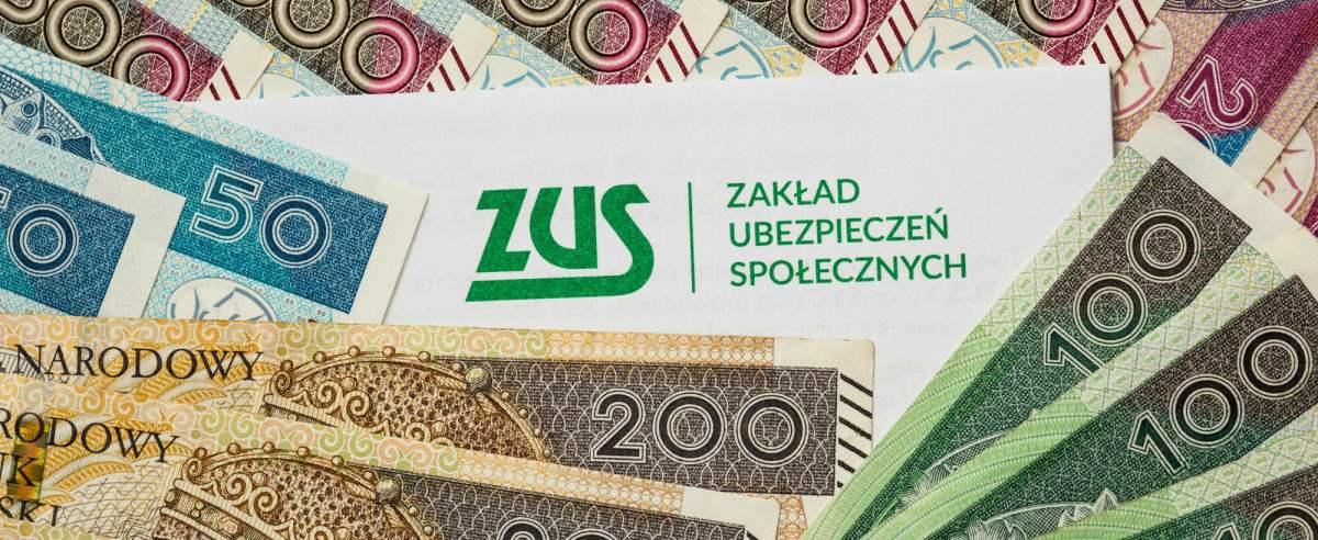 fot: Arkadiusz Ziolek/ East News. n/z Napis ZUS i pieniadze.