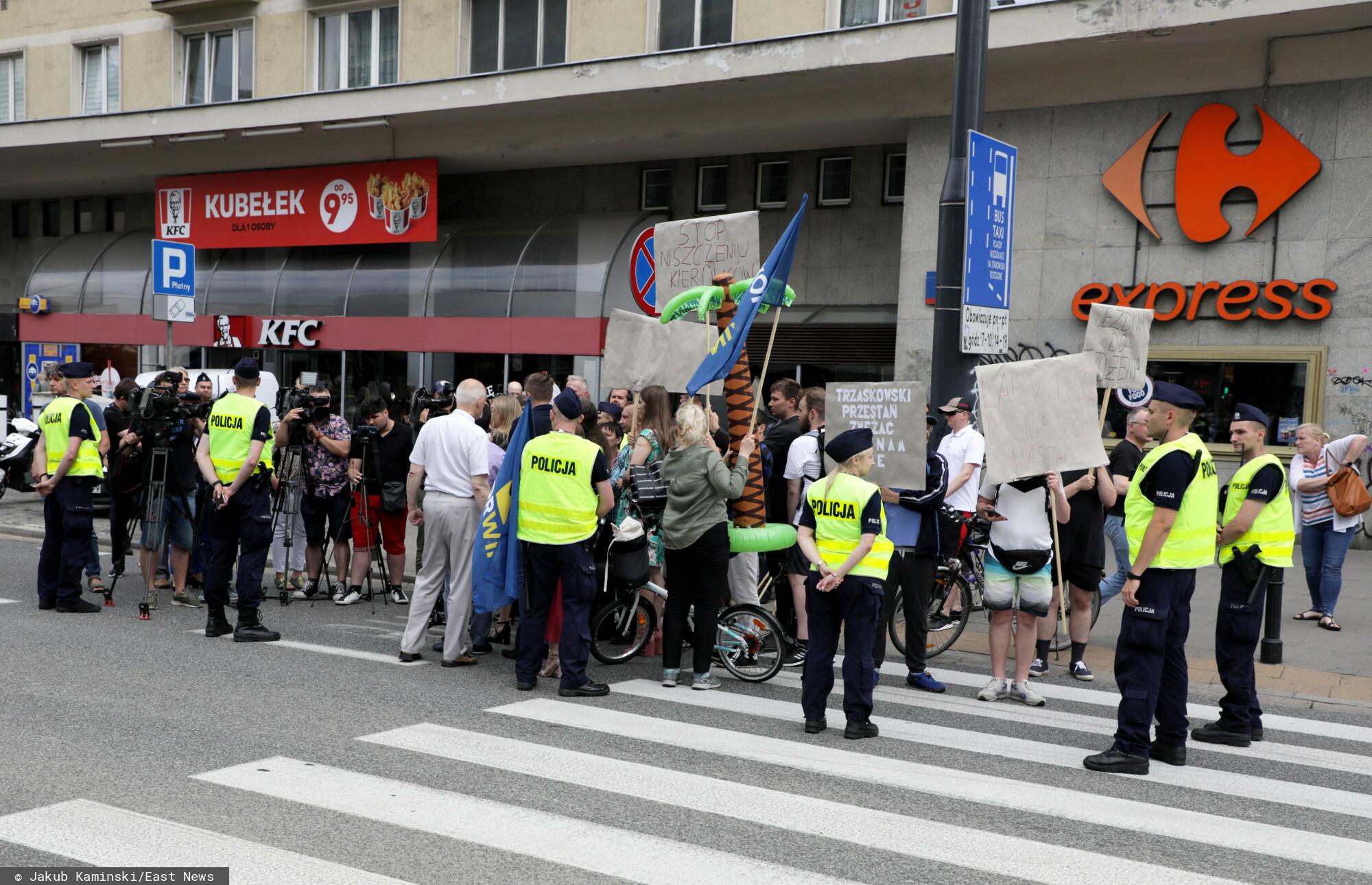 Fot. Jakub Kaminski/East News, 05.07.2021. Protest partii KORWiN - Okregu Warszawa i Klubu Konfederacji Warszawa przeciwko drogowym planom wladz miasta.