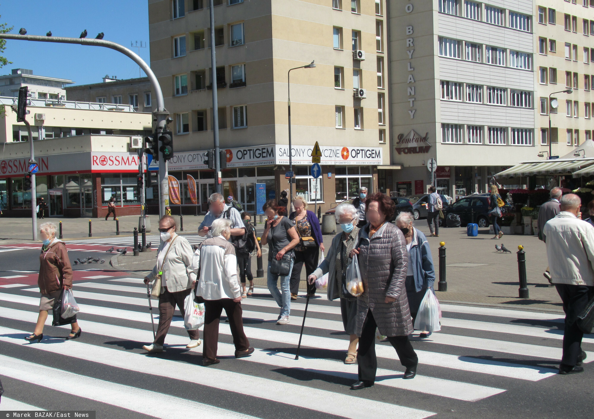 PHOTO: ZOFIA I MAREK BAZAK / EAST NEWS Warszawa N/z ludzie na przejsciu dla pieszych