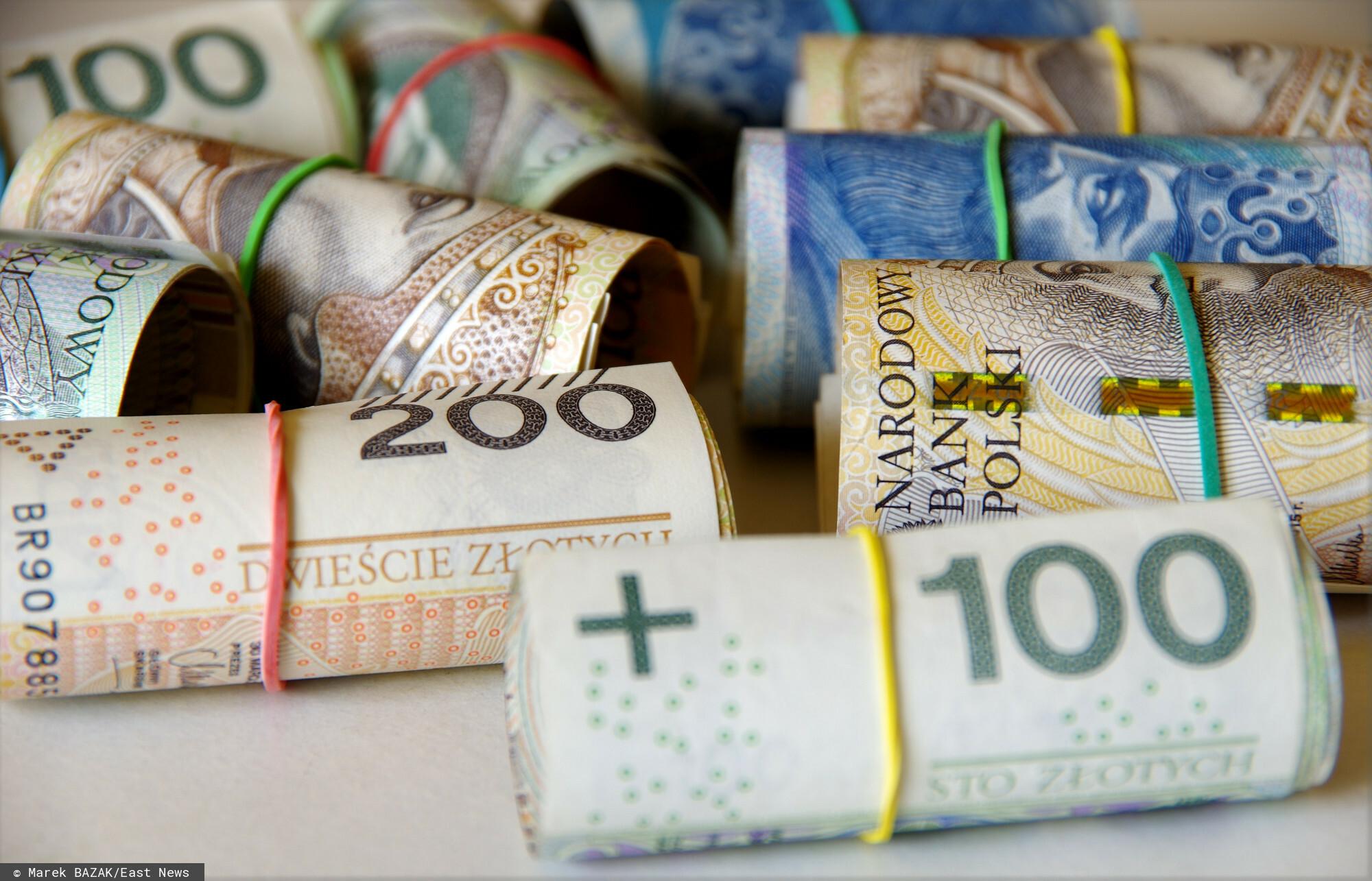PHOTO: ZOFIA I MAREK BAZAK / EAST NEWS Rulony banknotow o nominale 50 zl 100 zl i 200 zl