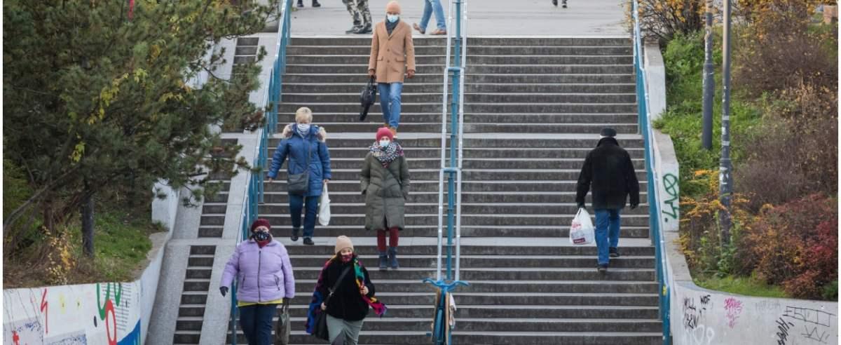 fot: Arkadiusz Ziolek/ East News. Warszawa. 25.11.2020. n/z Ludzie na schodach w maskach ochronnych.