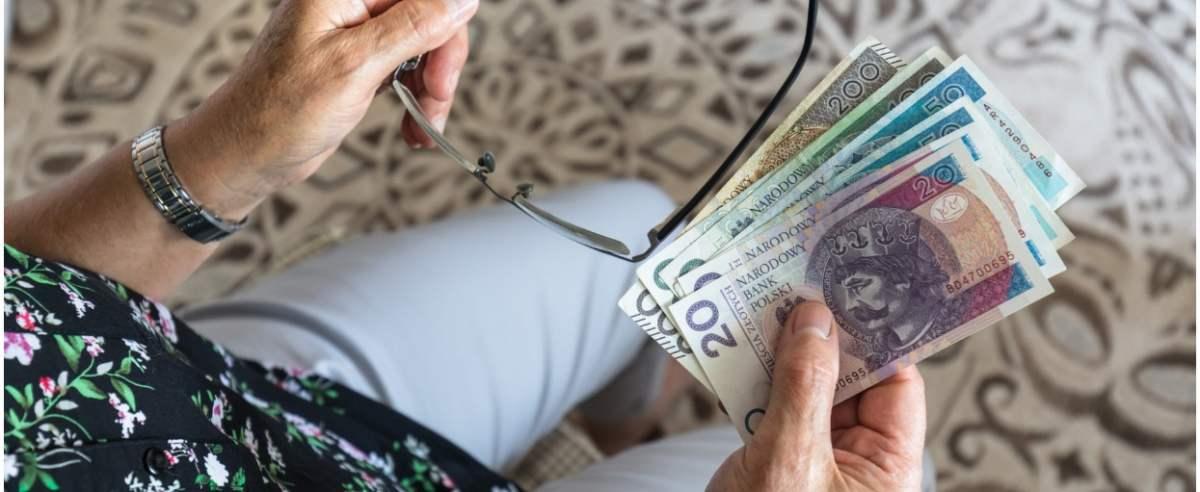 fot: Arkadiusz Ziolek/ East News. 28.07.2019. n/z Emerytka trzyma pieniadze.