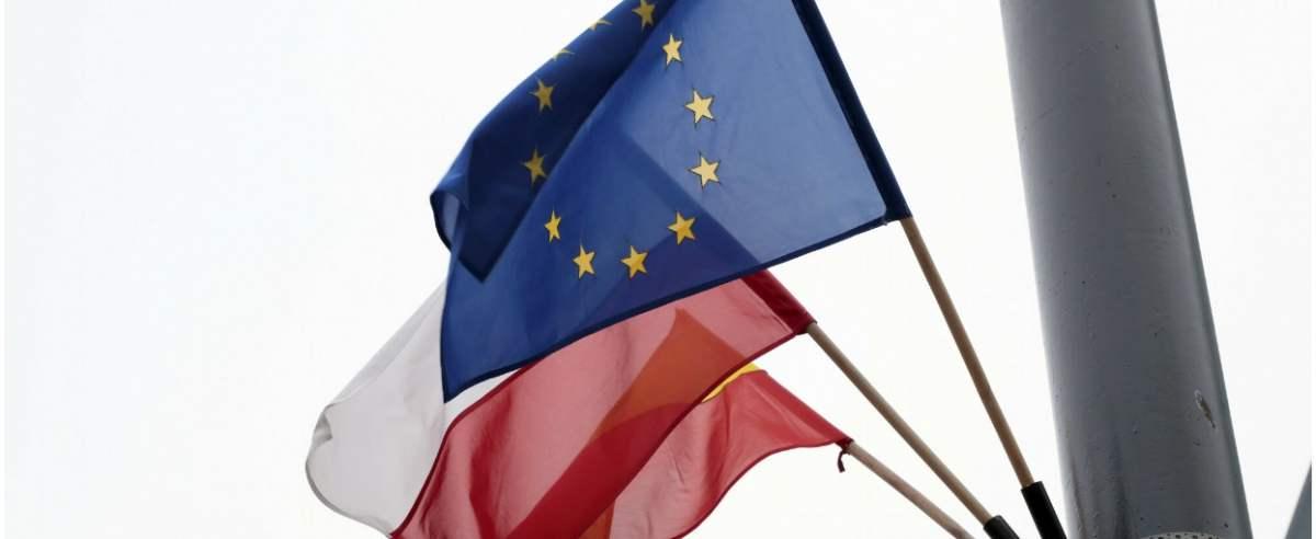 Fot. Piotr Molecki/East News, Warszawa, 09.12.2020. Samorzady lokalne wyrazaja sprzeciw wobec zawetowania budzetu unijnego przez rzad. W dniach 9-11 grudnia w wielu miastach Polski wywieszono flagi Polski oraz Unii Europejskiej.