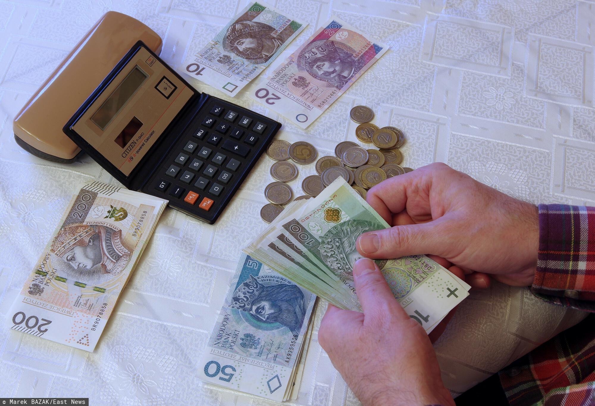 PHOTO: ZOFIA I MAREK BAZAK / EAST NEWS N/Z Obliczanie domowego budzetu, miesieczne koszty utrzymania