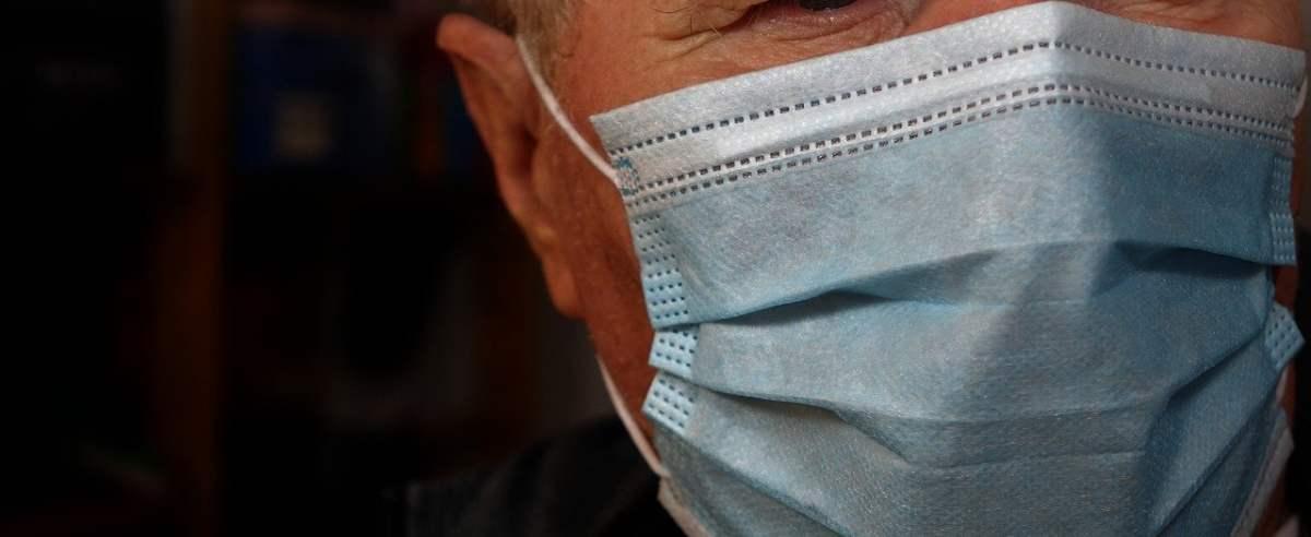 Maseczki chirurgiczne obowiązkowe dla każdego? Nosa i ust nie zasłonisz już szalikiem