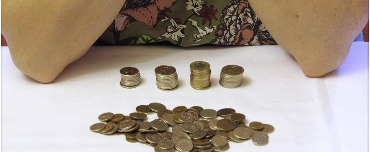 PHOTO: ZOFIA I MAREK BAZAK / EAST NEWS Sytuacja finansowa osob starszych, problemy finansowe seniorow, oszczedzanie, liczenie domowego budzetu