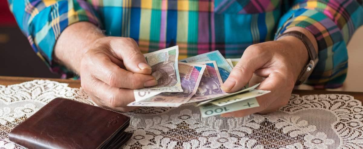 fot: Arkadiusz Ziolek/ East News. 01.01.2020. n/z Emeryt liczy pieniadze.
