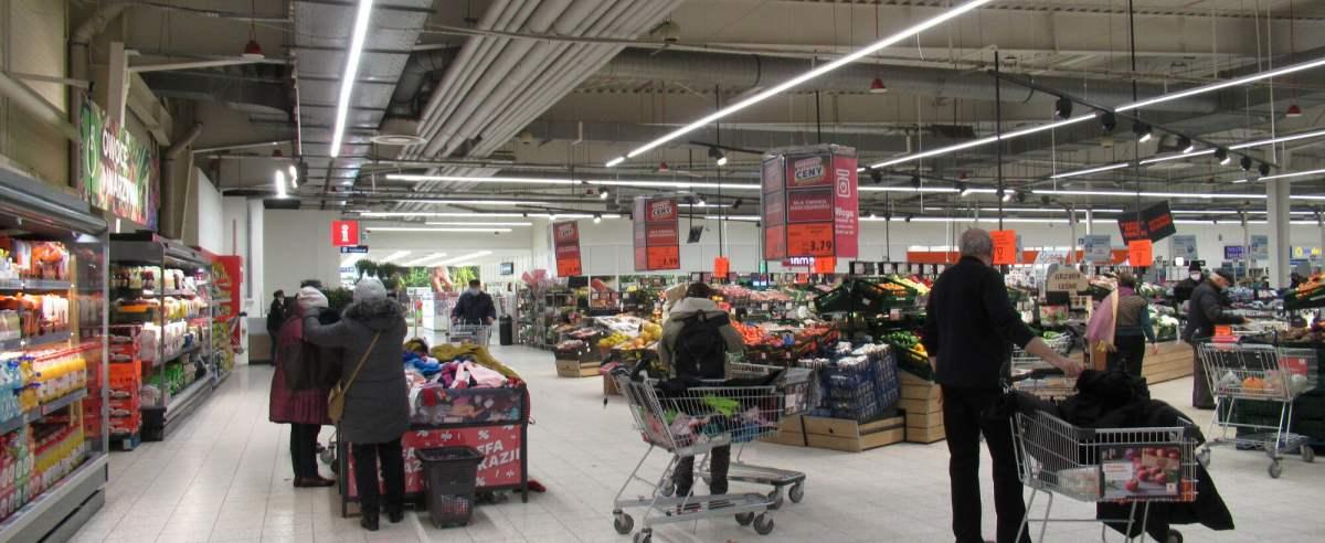 PHOTO: ZOFIA I MAREK BAZAK / EAST NEWS Warszawa N/Z Zakupy w hipermarkecie Kaufland - promocje na stoisku z owocami i warzywami oraz strefa okazji