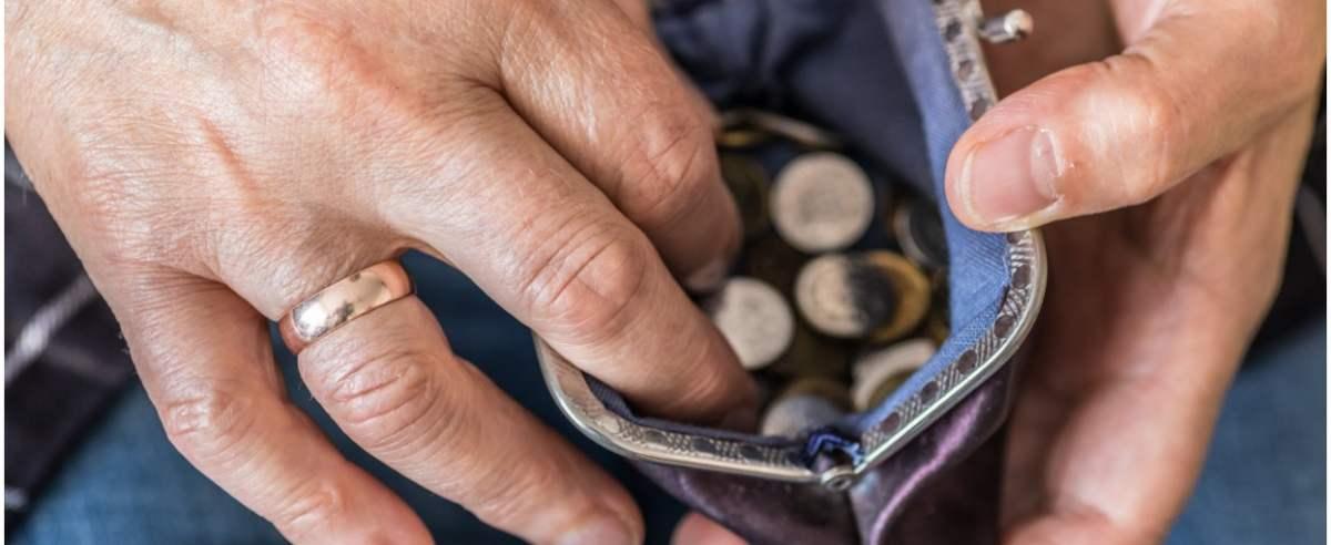 fot: Arkadiusz Ziolek/ East News. 27.10.2019. n/z Emerytka liczy pieniadze.