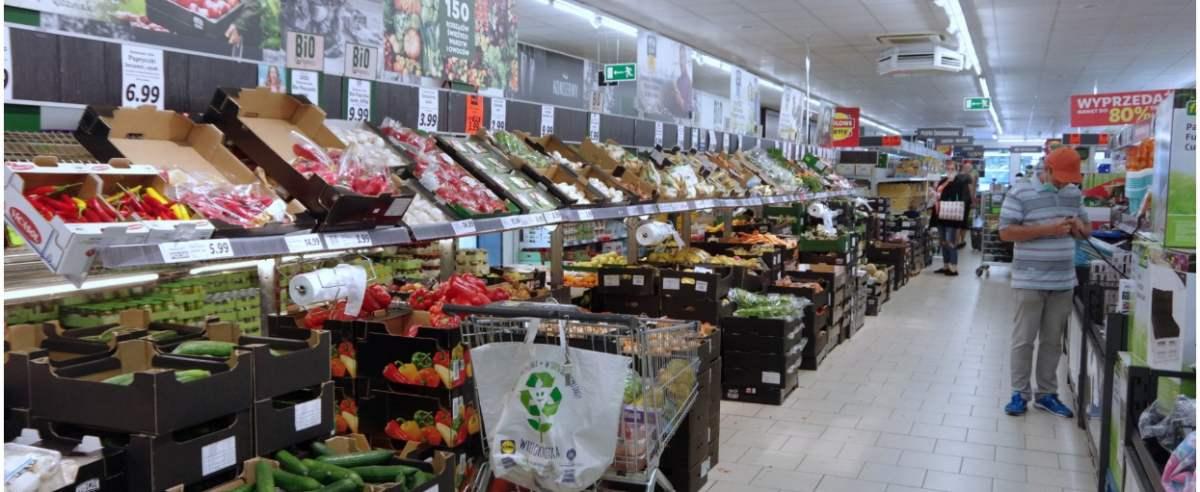 PHOTO: ZOFIA I MAREK BAZAK / EAST NEWS Niemiecki sklep dyskontowy Lidl - stoisko z warzywami